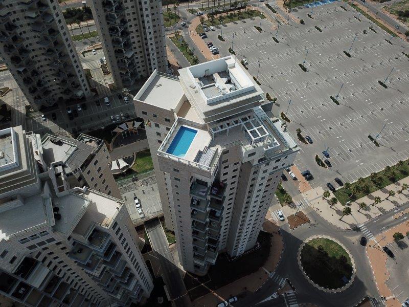 בריכה מתועשת על הגג קומה 23